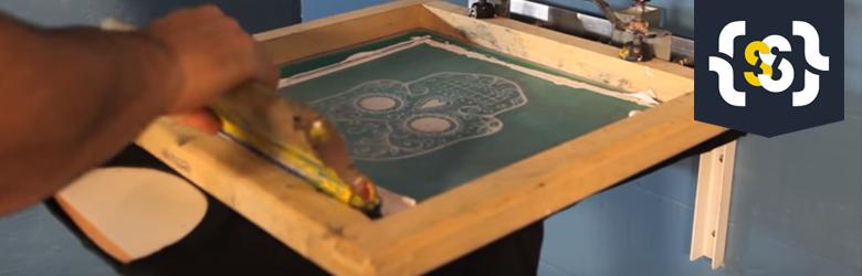 Aprenda a montar um berço de impressão fixo na parede para estampar camisetas